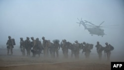 ARHIVA - Američki marinci Drugog bataljona čekaju helikoptere u provinciji Helmand, u junu 2009.