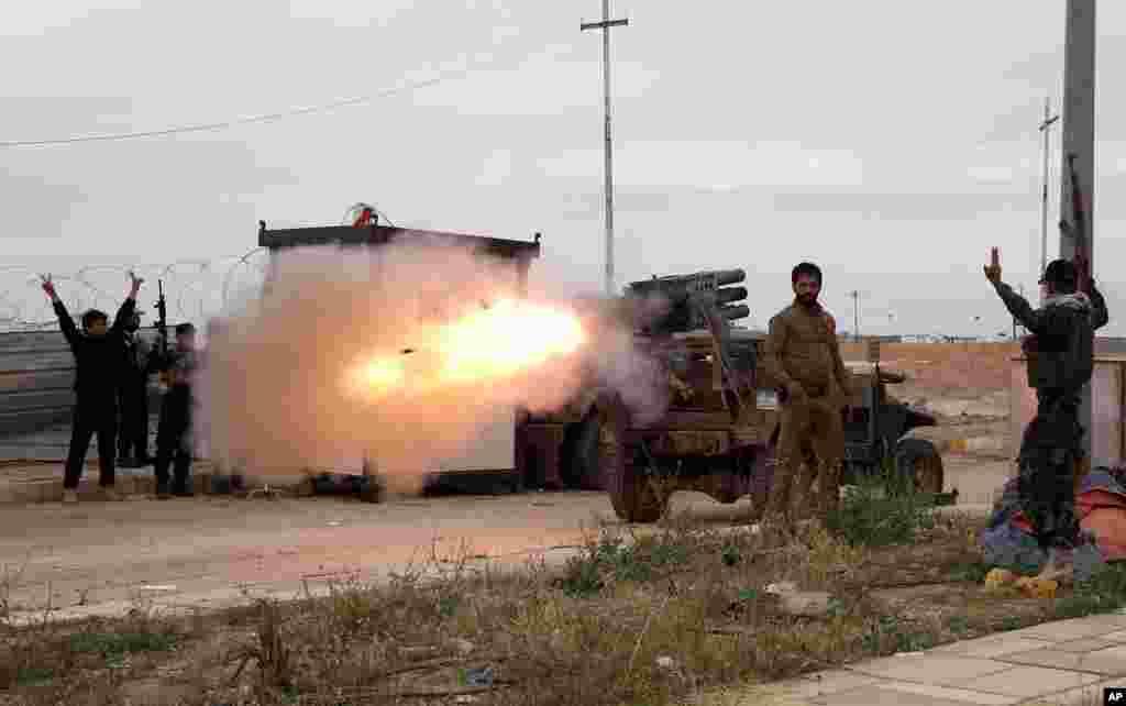 Lữ đoàn Imam Ali, những thành viên của một nhóm chiến binh phái Shia của Iraq, phóng hỏa tiễn nhắm vào những vị trí của nhóm Nhà nước Hồi giáo trong những cuộc đụng độ ở Tikrit, cách thủ đô Baghdad 130 km về phía bắc, Iraq.