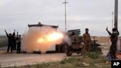 伊拉克遜尼派民兵用火箭彈攻擊伊斯蘭國武裝分子