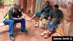 Umunyamakuru w'Ijwi ry'Amerika, James Jovin, aganira n'Impunzi z'Abarundi mu nkambi ya Nduta muri Tanzaniya