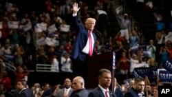 미국 공화당의 도널드 트럼프 대선후보가 3일 플로리다주 잭슨빌에서 열린 유세에서 지지자들을 향해 손을 흔들고 있다.