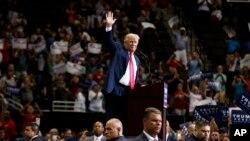 Ứng cử viên Tổng thống đảng Cộng hòa Donald Trump tại một cuộc mít tinh ở Jacksonville, Florida, 3/8/2016.