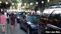 Hình ảnh cho thấy khoảng một chục chiếc xe tháp tùng ông Phúc lăn bánh trên các con phố nhỏ trong khi các du khách vẫn đi lại.