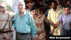 ایم کیو ایم کے حسن ظفر کو سیکیورٹی اہل کار کراچی پریس کلب ک باہر سے پکڑ کر لے جارہے ہیں۔ 22 اکتوبر 2016