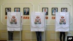 2016年9月18日俄罗斯西部当地居民在填写他们的选票。