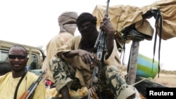 Militan Islam dari kelompok Ansar Dine duduk di wilayah Gao, Mali Utara (18/6).