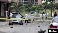 Ahli forensik polisi memeriksa lokasi ledakan bom mobil dekat fasilitas militer di Istanbul (12/5). (Reuters/Yagiz Karahan)