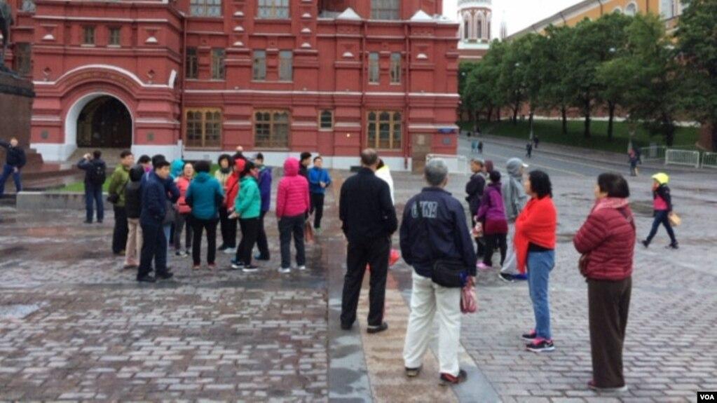 莫斯科紅場附近的中國遊客。 (美國之音白樺)