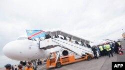 Basali ya bokengi mpe bopeto na ndelo ya mboka bazali kokengela basali mibembo na bokiti bwa bango na mpepo na aéroport international ya N'Djili, Kinshasa, 9 octobre 2015.