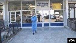 Medicinski radnik ispred bolnice u Baru