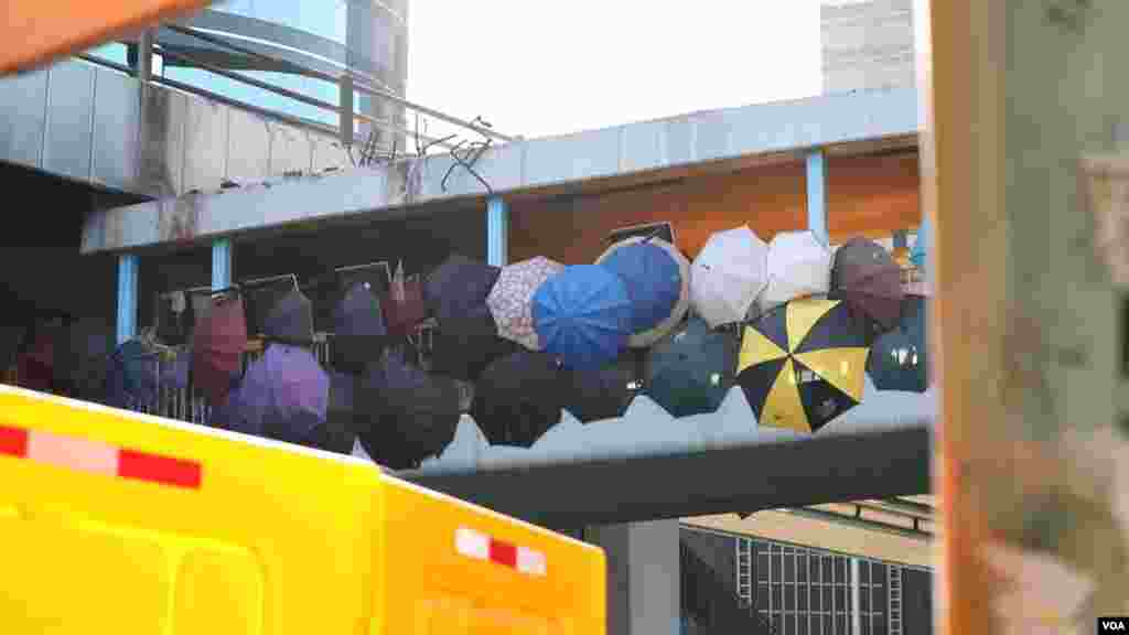 چتر که از شناسایی چهره معترضان هنگ کنگ توسط دوربین های نیروهای امنیتی جلوگیری میکند به یکی از نمادهای اعتراض هنگ کنگ تبدیل شده است.