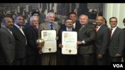 اهدای لوح تقدیر به فدراسیون های والیبال ایران و آمریکا در شورای شهر لس آنجلس