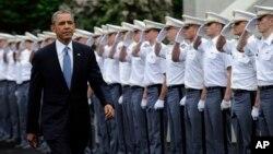 바락 오바마 미국 대통령이 28일 미 육군사관학교 졸업식에서 연설하기 위해 입장하고 있다.