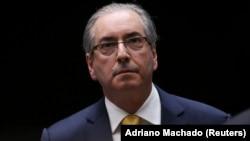 Eduardo Cunha, ex-presidente de la Cámara de Diputados de Brasil, arrestado por acusaciones de soborno y lavado de dinero relacionados con el escándalo de Petrobras.
