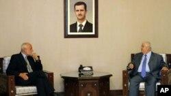 ທ່ານ Walid al-Moallem ລັດຖະມົນຕີການຕ່າງປະເທດຊີເຣຍ (ນັ່ງຂ້າງຂວາ )ພົບປະກັບທ່ານ Jakob Kellenberger,ຫົວໜ້າຄະນະກໍາມາທິການສະພາກາແດງສາກົນ ທີ່ກຸງ Damascus, ຊີເຣຍ. ວັນທີ 4 ກັນຍາ, 2011.