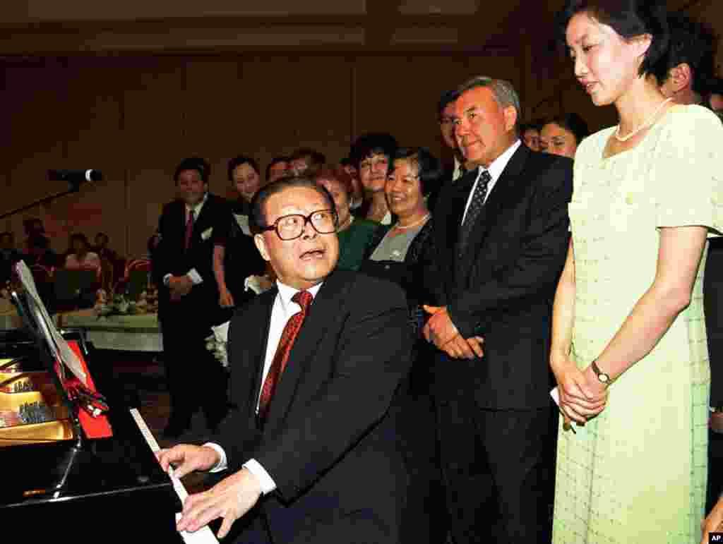 """1998年7月3日,中国主席江泽民在哈萨克斯坦的阿拉木图的招待会上弹钢琴,用中文演唱哈萨克歌曲,哈萨克总统(右二)在旁边。这张图显示了江泽民的多才多艺和爱出风头爱表演,也许还有爱看美女,或者说海外记者爱捕捉江泽民看美女的镜头。据报道2017年两会的一个花絮是,中科院院士崔向群在江苏代表团发言时,盛赞江泽民当年力主在上海黄浦江上自行建桥,不引进日资,让中国桥梁建设突飞猛进。在两会上高官们纷纷表态拥护习核心的氛围下大夸前核心?有没有搞错?看到听众面露尴尬之色,崔向群意识到不对了,说""""不好意思,文件打错了"""" 。原来崔向群拿错了稿子,拿了多年前的发言稿。"""