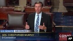 Imágen tomada de la transmision de C-SPAN que muestra al senador Chris Murphy, en el uso de la palabra.