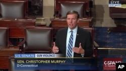 Senator Partai Demokrat Chris Murphy hari Rabu (15/6) merebut mimbar di Kongres AS.