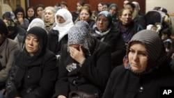 库尔德文化中心内妇女为三人去世哀悼痛哭