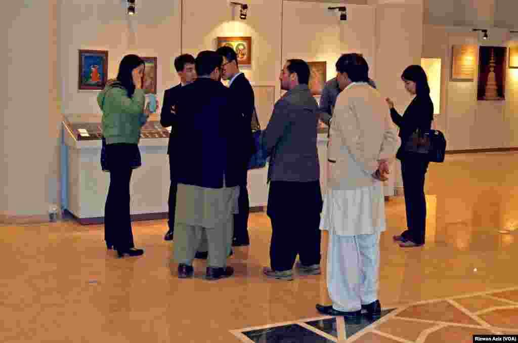 نمائش میں غیر ملکیوں نے بھی شرکت کی۔
