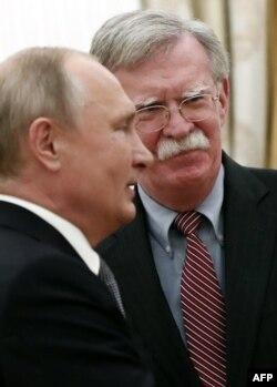 El asesor de Seguridad Nacional de EE.UU, John Bolton, y el presidente ruso, Vladimir Putin.