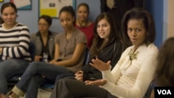 La primera dama de Estados Unidos en una de sus actividades con jóvenes, dialogando sobre educación y alimentación saludable.