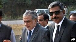 اسحاق ڈار اسلام آباد کی احتساب عدالت میں پیشی کے لیے آرہے ہیں (فائل فوٹو)
