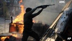 Pripadnik Slobodne sirijske armije puca na vladine snage u Alepu