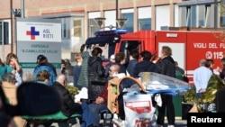 Orang-orang dievakuasi dari sebuah rumah sakit setelah gempa bumi di Rieti, Italia, 30 Otober 2016.