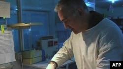 New Yorklu doktor Kavih Alizade henüz 12 saatlik olan Afgan bebeği sağlığına kavuşturmaya çalışıyor