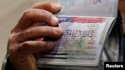 一名也门公民2017年2月6日在美国华盛顿杜勒斯国际机场被禁止入境后展示被吊销的美国签证。