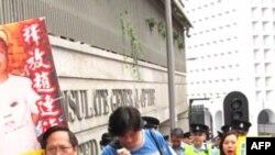 何俊仁(前一)和潘嘉伟(前二)率队到美国领事馆请愿