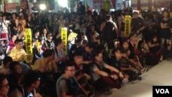 Para aktivis pro-demokrasi di Hong Kong menolak rancangan reformasi pemilu kontroversial dalam protes Rabu (17/6).