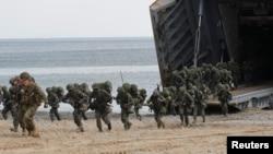Binh sĩ Thủy Quân Lục Chiến Hoa Kỳ trong một cuộc tập trận đổ bộ trên bờ biển Pohang. Thủy quân lục chiến Mỹ có lực lượng đổ bộ được coi là lớn nhất trên thế giới với khoảng 80.000 binh sĩ.