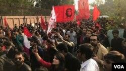 پرچمهای سرخ و تصاویر چهگوارا در راهپیمایی پاکستان