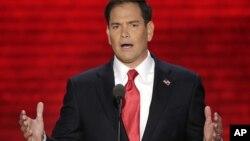 """Marco Rubio dijo que al contrario de su lema de campaña, """"Hacia adelante"""", las ideas del presidente Obama van """"hacia atrás""""."""