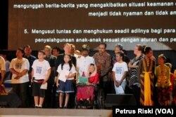 Siti Nuriyah Wahid bersama Wagub Jatim Saifullah Yusuf, Konsul Jenderal AS di Surabaya, Heather Variava, pemuka agama dan perwakilan anak-anak membacakan deklarasi anti kekerasan pada anak.