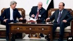نوری المالکی صدر اعظم عراق (راست) جان کری وزیر خارجۀ امریکا (چپ)
