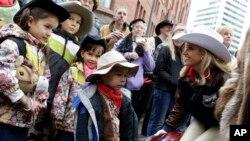 Pertunjukkan Ternak dan Rodeo di Houston yang berlangsung tiga minggu merupakan kesempatan bagi warga Texas untuk mengenakan topi koboi (foto: dok).