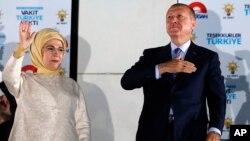 Турецький президент з дружиною під час виступу перед прихильниками в Анкарі 25 червня 2018 р.