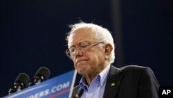 """برنی سندرز گفت با کمک گرفتن بنیاد کلینتون از """"دولت های دیکتاتوری"""" مشکل دارد."""