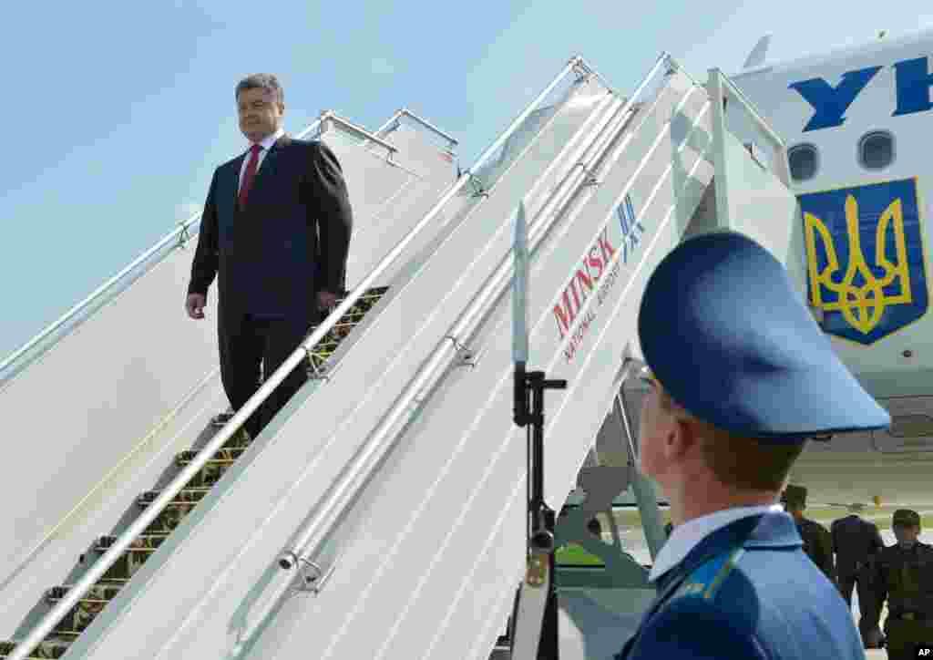 Ukraine's President Petro Poroshenko arrives in Minsk airport, Belarus, Aug. 26, 2014.