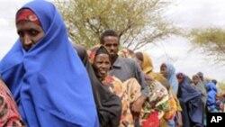 구호품을 타기위해 줄을 선 소말리아인들