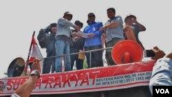 Ribuan nelayan berunjukrasa di depan Istana Negara, Jakarta Rabu (6/4) mendesak Presiden Jokowi segera mengganti Menteri Kelautan dan Perikanan Susi Pudjiastuti. (VOA/Fathiyah)