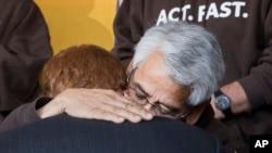 El representante Joseph Kennedy da un emotivo abrazo a Eliseo Medina momentos antes que el lider sindical sea trasladado a un hospital después de estar 22 días en huelga de hambre.