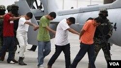 Presuntos miembros del cártel de los Zetas son escoltados por miembros de las fuerzas armadas en la Ciudad de México.