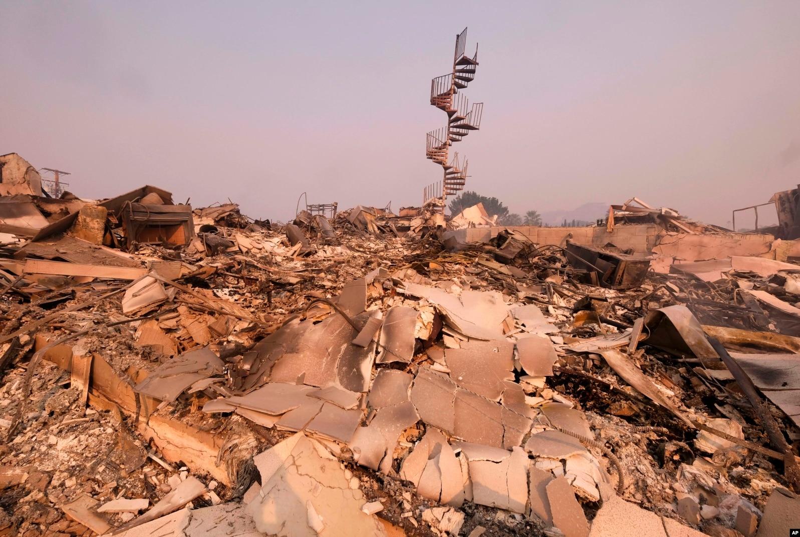 Los restos calcinados de una casa en Malibú, California, el sábado 10 de noviembre de 2018.