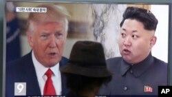 北韓金正恩(右)與川普總統(左)8月10日在南韓首爾火車站螢幕上的資料照。
