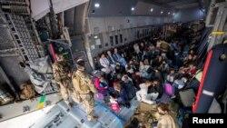 2021 年 8 月 17 日通過@Bw_Einsatz 從推特獲得的照片顯示,從阿富汗撤離的人乘坐德國空軍的空中巴士A400運輸機抵達烏茲別克斯坦塔什干 (Marc Tessensohn/Twitter @Bw_Einsatz/Han)