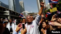 Thủ lãnh biểu tình Suthep Thangsuban cùng với đoàn người biểu tình tại quận tài chính ở Bangkok, 21/1/2014. REUTERS/Damir Sagolj